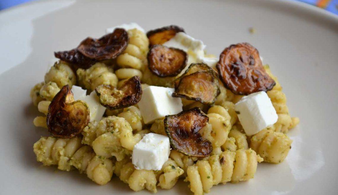Pasta con pesto di zucchine, feta e mandorle