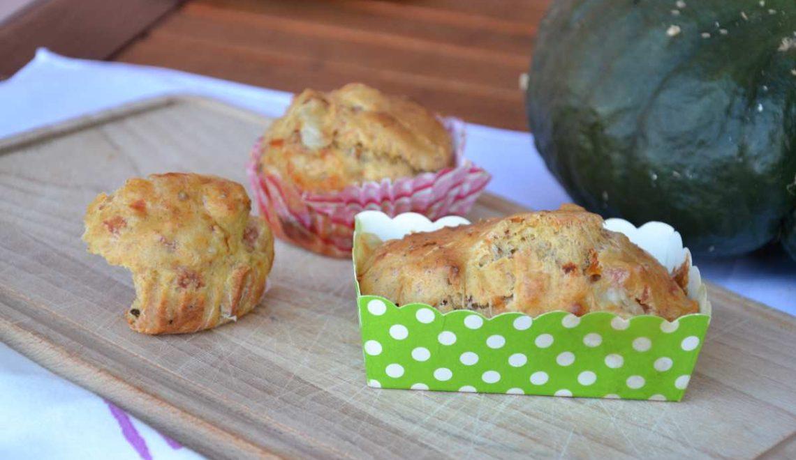 Muffin con pomodori secchi, wurstel al prosciutto cotto e scamorza