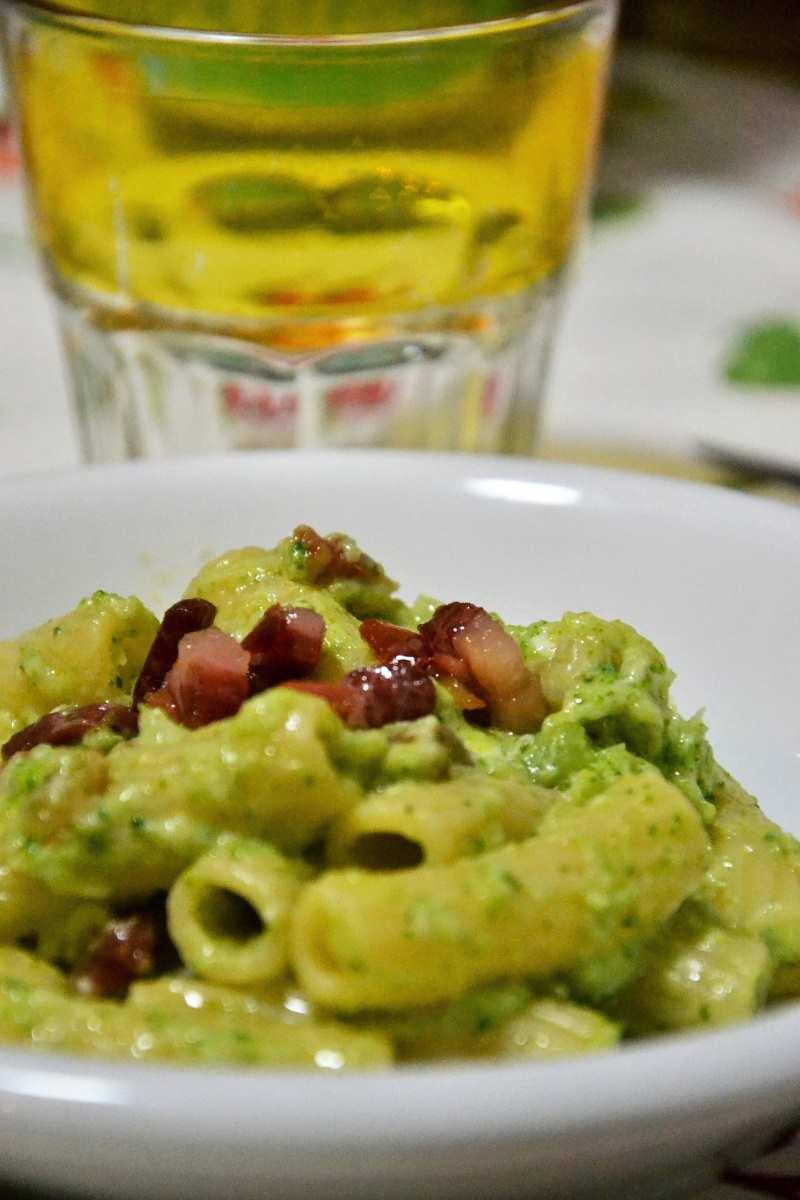 Pasta con crema di broccoli e pancetta croccante