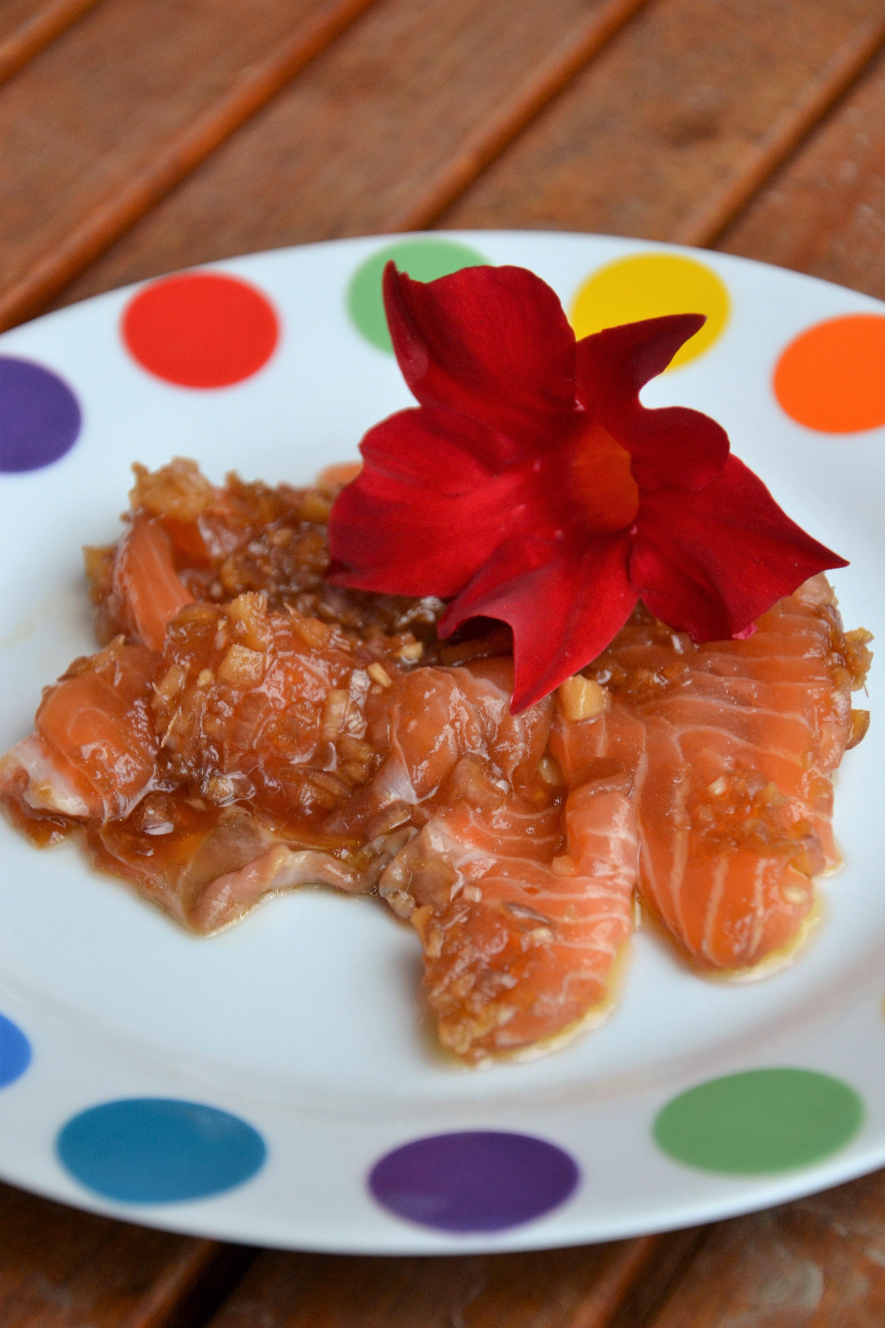 Carpaccio di salmone con zenzero fresco e salsa di soia