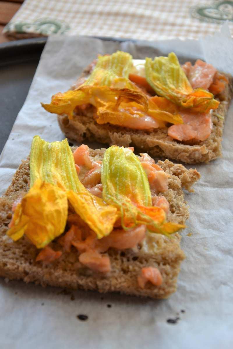 Crostoni con fiori di zucca, salmone e scamorza