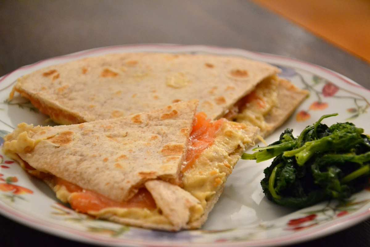 Piadina di farro con crema di melanzane e salmone