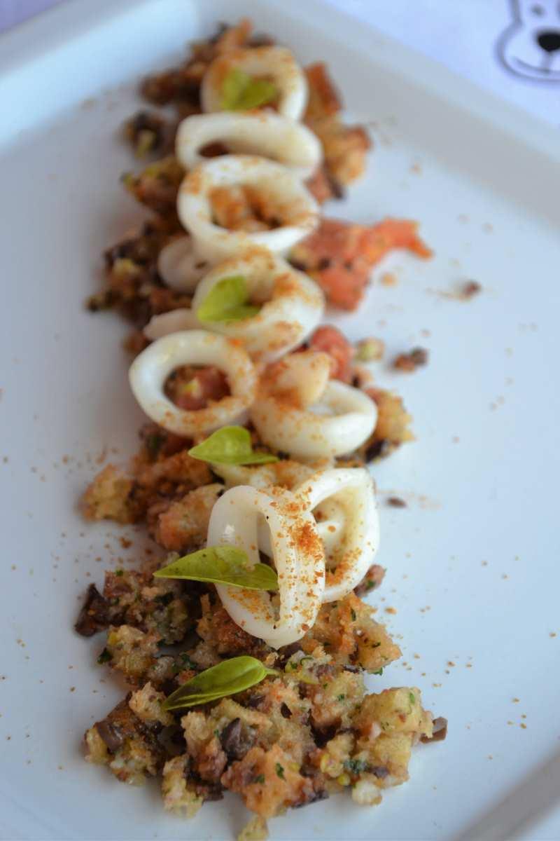 Calamari su letto di olive, bottarga e pecorino