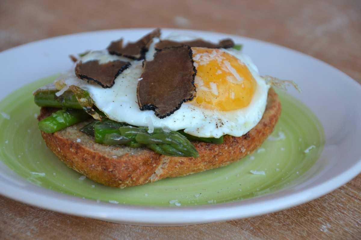 Crostone con asparagi, uova e tartufo nero