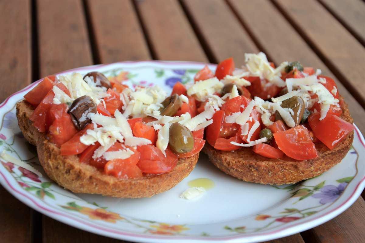 Friselle con pomodorini, ricotta salata ed olive taggiasche