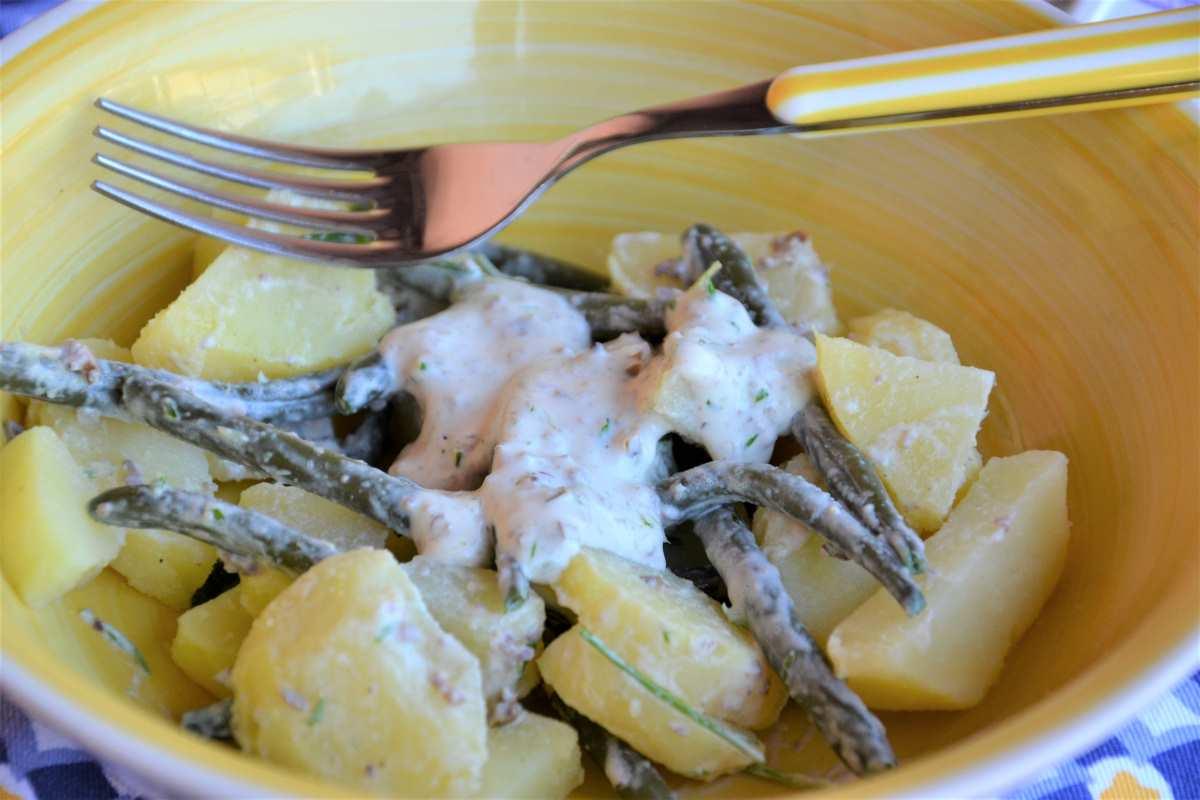 Insalata di fagiolini e patate con salsa al formaggio fresco