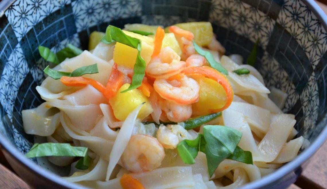 Noodles di riso con ananas, gamberi e basilico