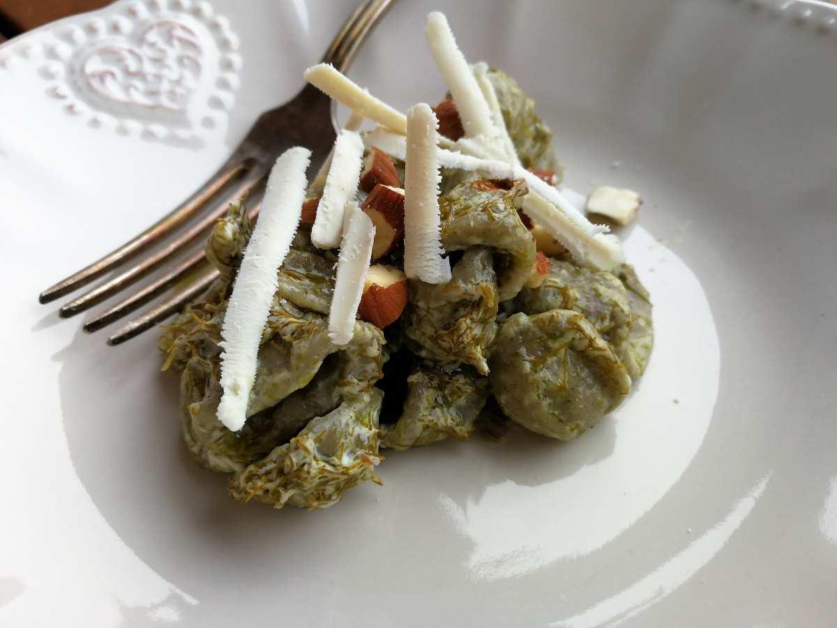 Orecchiette di grano arso con pesto di finocchietto, mandorle e ricotta salata