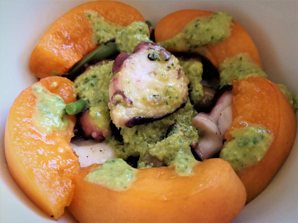 Polpo, fagiolini ed albicocche con pesto di basilico e zenzero