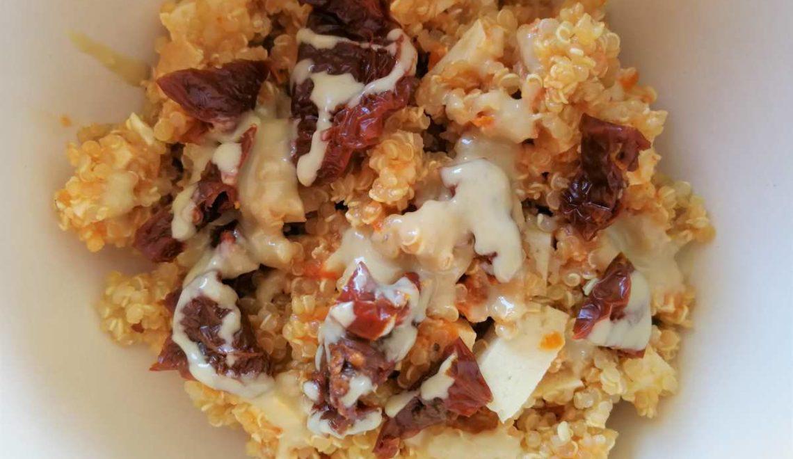 Quinoa con pesto di pomodori secchi e tofu