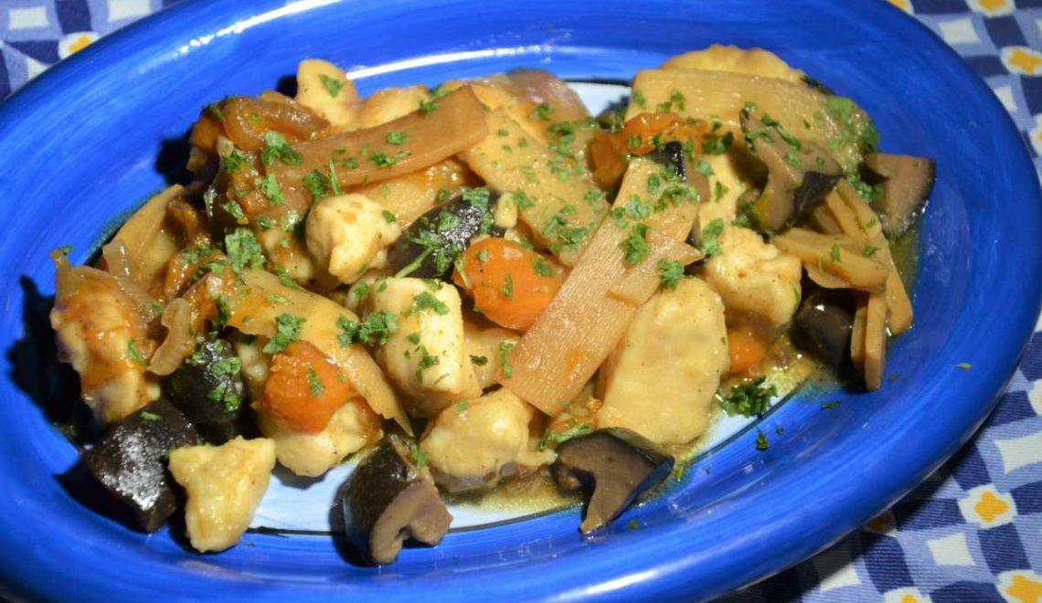 Bocconcini di pollo con zucca, funghi shiitake e bambù