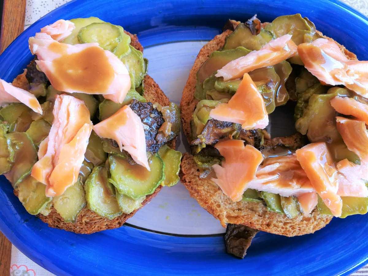 Friselle integrali con zucchine e salmone