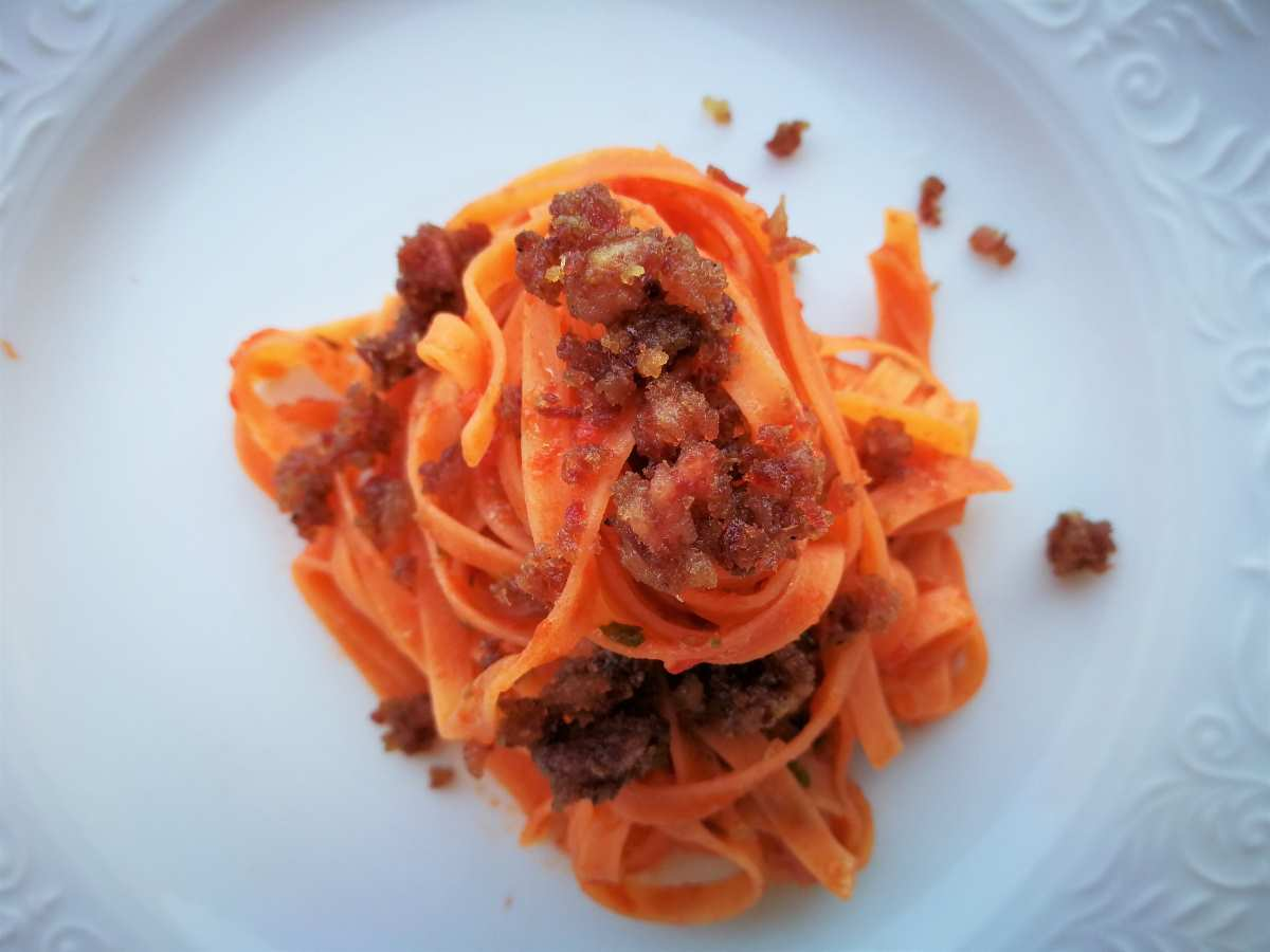 Fettuccelle di farina di lenticchie, pomodoro e briciole di cotechino