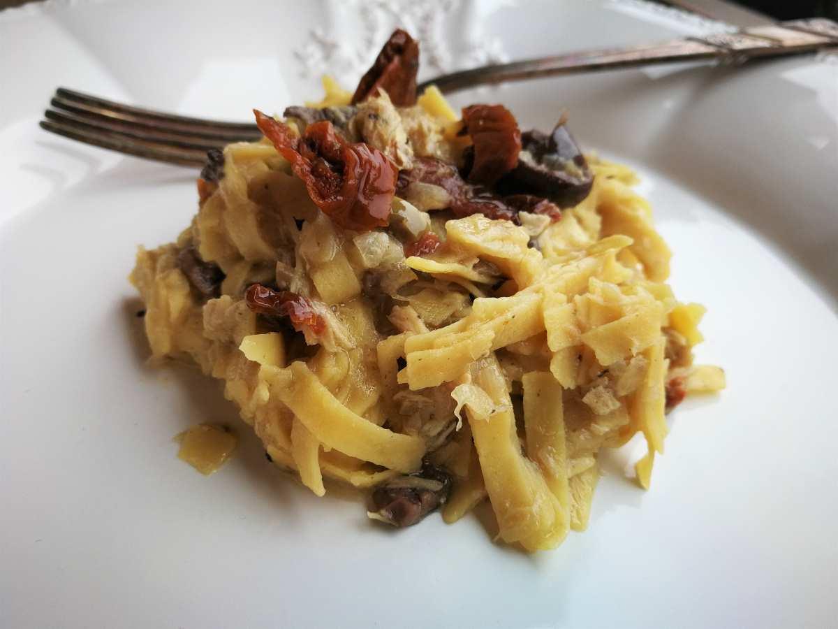 Pasta di farina di ceci con sgombro, pomodori secchi e cipolle di Tropea