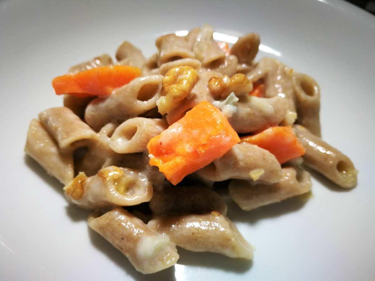 Pasta con zucca, noci e crema di gorgonzola
