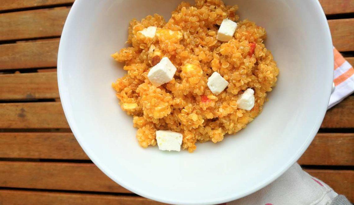 Insalata di quinoa, crema di peperoni grigliati, feta e mandorle