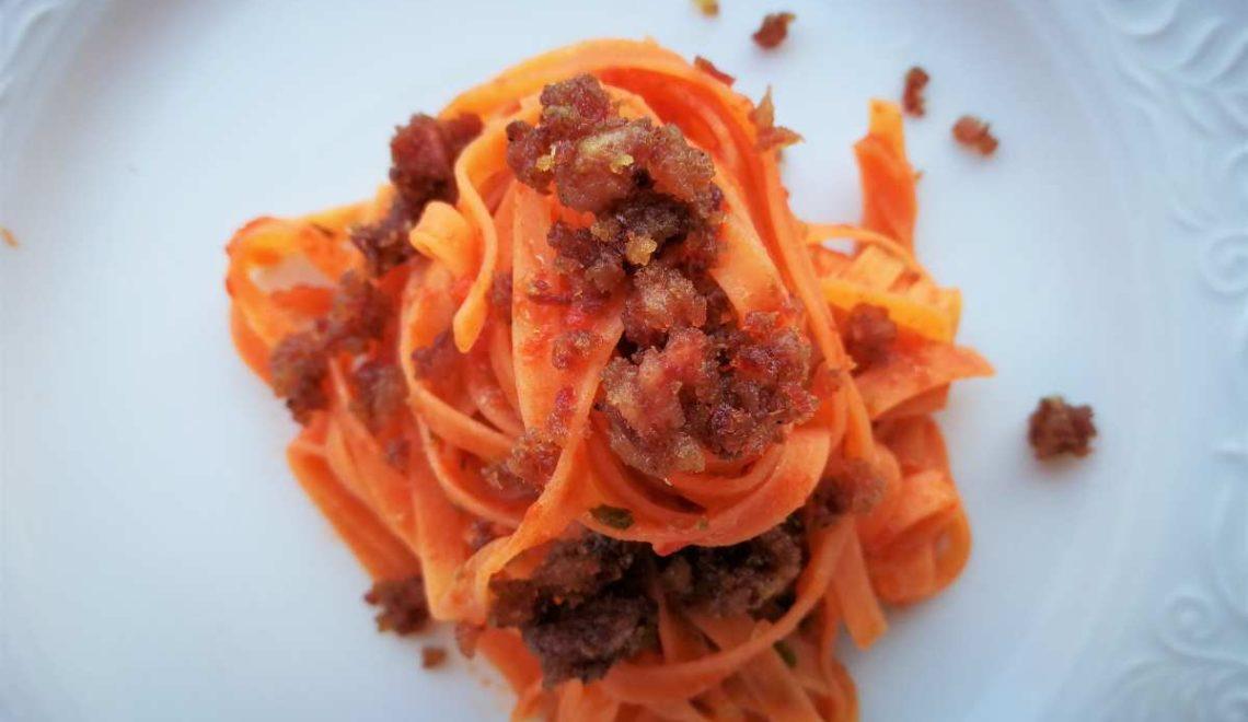 Fettuccine di farina di lenticchie al pomodoro con briciole di cotechino
