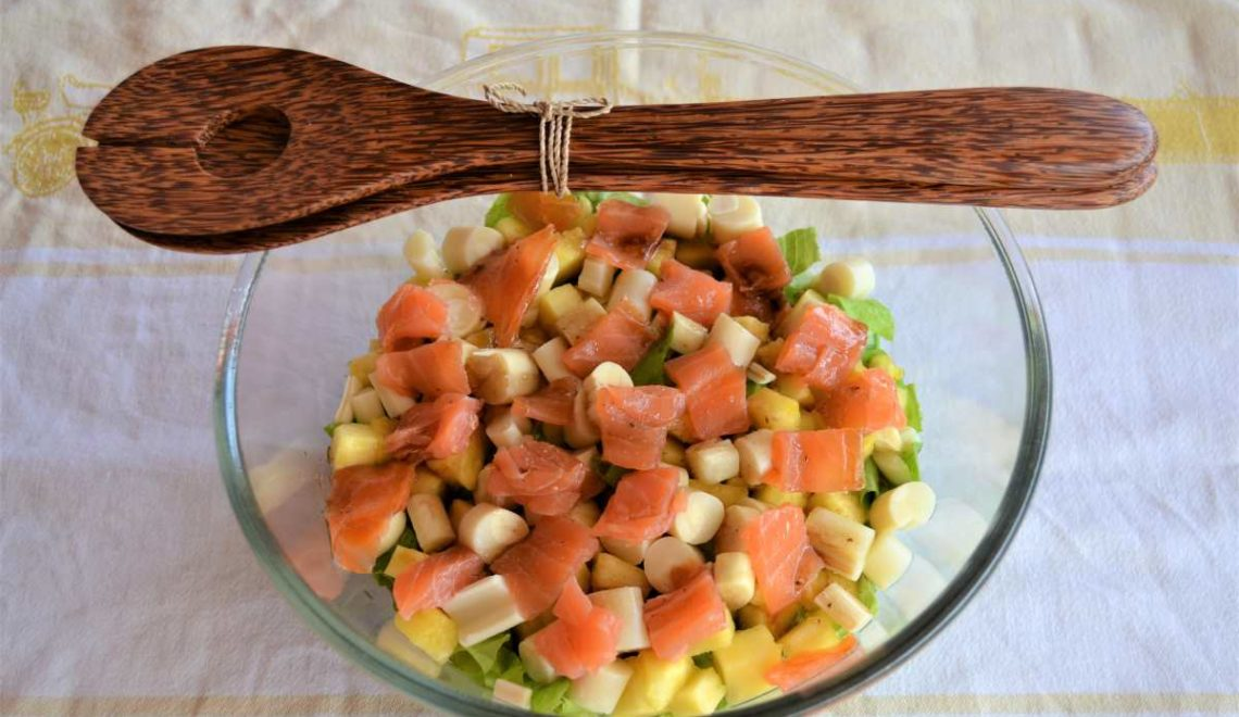 Insalata di ananas, cuori di palma e salmone